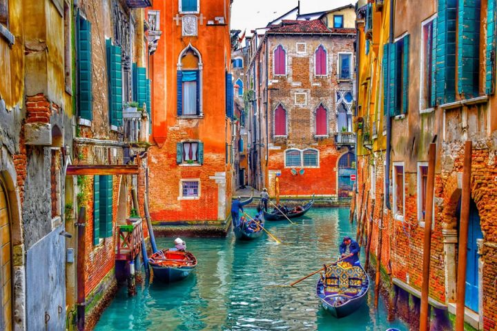 Italy - Venice - colourful buildings